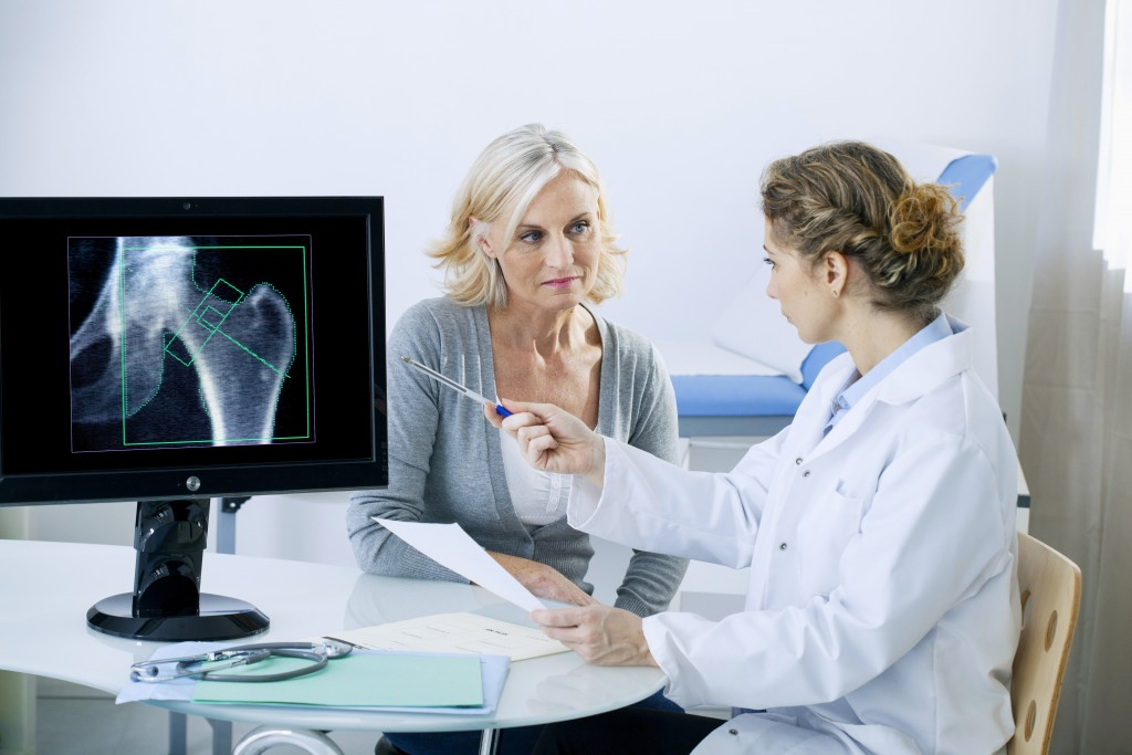 doctor showing a patient her xray results
